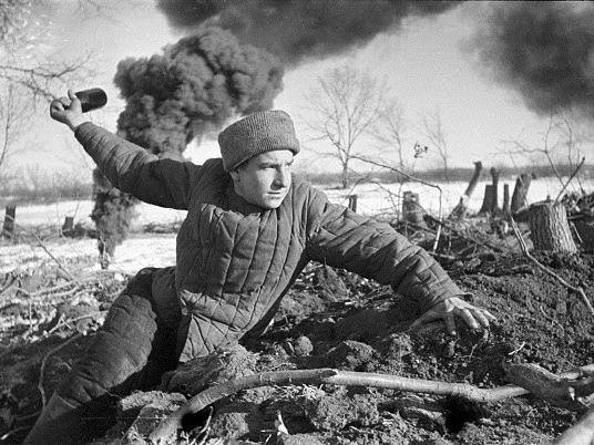 Obránce Stalingradu s granátem