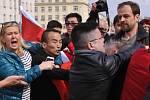 U billboardu se společnou fotografií bývalého prezidenta Václava Havla a tibetského vůdce dalajlamy se skupina odpůrců Číny dostala do potyčky s podporovately čínského prezidenta.