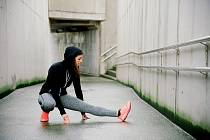 Poslouchejte spíš své tělo než tréninkový plán. Platí totiž, že zdravý běžec toho zraněného pokaždé porazí.