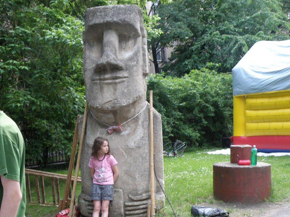 Model sochy moai od Pavla Pavla na dvoře Domu dětí a mládeže – Vodárenské věže. Letná, Praha-Holešovice v roce 2013.