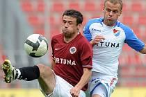 Marek Kulič ze Sparty (vlevo) bojuje o míč s hráčem Baníku Danielem Tchuřem.