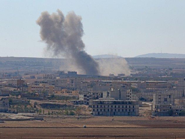 Letecké údery proti Islámskému státu v Kobani. Ilustrační foto.