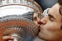 Roger Federer líbá trofej pro vítěze tenisového Roland Garros. Teď už ale myslí na Wimbledon.