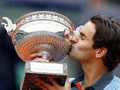 Roger Federer líbá trofej pro vítěze tenisového Roland Garros.