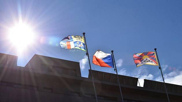 Vlajka na budově krajského úřadu v Ostravě.