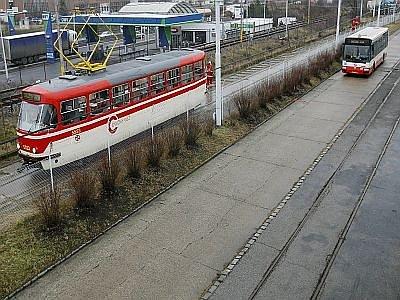 Pondělní test brzdné dráhy tramvaje a autobusu
