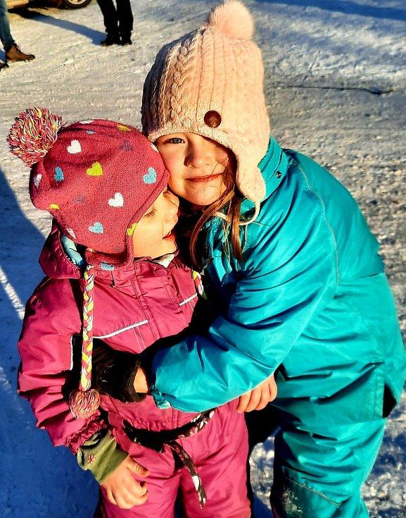 Tříletá Nina z Plzně, která bojuje s leukémií, se svými blízkými.