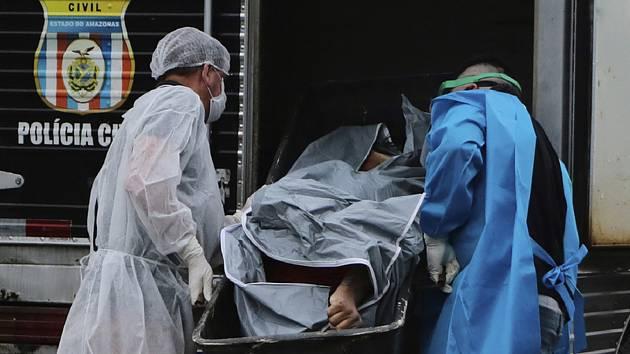 Zdravotníci s tělem zemřelého
