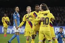Osmifinále fotbalové Ligy mistrů SSC Neapol - FC Barcelona, zprava Antoine Griezmann a Lionel Messi z Barcelony se radují z gólu.