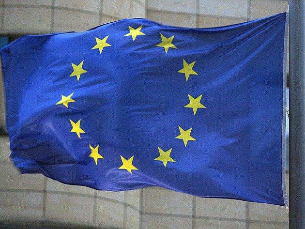 Lídři členských států eurozóny v pátek na summitu v Bruselu definitivně schválili finanční pomoc pro Řecko ve výši 110 miliard eur. Peníze pro zadlužené Řeky již schválili i ministři financí eurozóny a některé země.