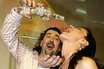 Slovákům mladším 18 let už nebude zakázán jen prodej a podávání alkoholických nápojů, ale už je nebudou moci pít vůbec. Rozhodl to parlament v Bratislavě.