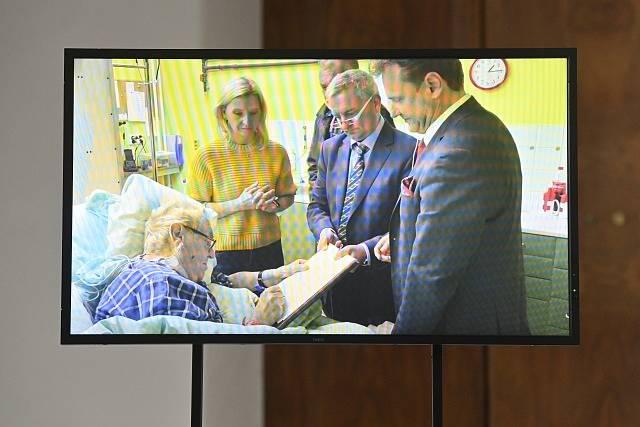 Vedoucí Kanceláře prezidenta republiky Vratislav Mynář na briefingu na Pražském hradě zveřejnil záznam, na kterém prezident Miloš Zeman (vlevo) podepisuje listinu k svolání zasedání sněmovny.