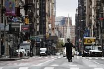 Osamělý chodec na newyorském Manhattanu, 27. dubna 2020.