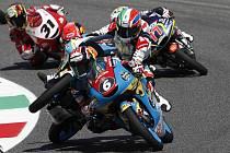 Italský jezdec Kevin Zannoni (nahoře) ztrácí kontrolu nad svým motocyklem na trati Velké ceně Itálie v třídě Moto3,vpředu Rjusei Jamanaka (číslo 6) z Japonska.