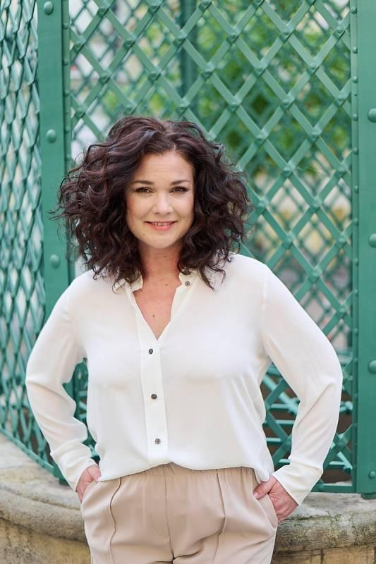 Martina Preissová hrála v mnoha filmech, známější se stala díky seriálům, aktuálně rolemi ve Slunečné a v Anatomii života.