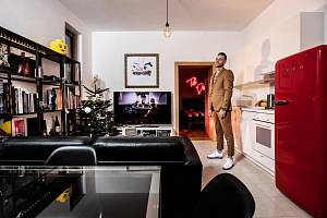 Dereck Hard ve vlastním bytě ve Velké Chuchli, který oblékl do vánočního hávu.