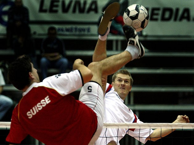 Osmé mistrovství světa v nohejbale probíhá v nymburské sportovní hale. Na snímku zápase trojic Švýcarsko-ČR.