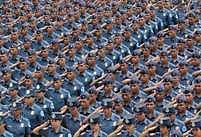 Muži a ženy v uniformách Filipínské národní policie (PNP) se šikují předtím, než budou vysláni dohlížet na bezpečnost nadcházejících voleb