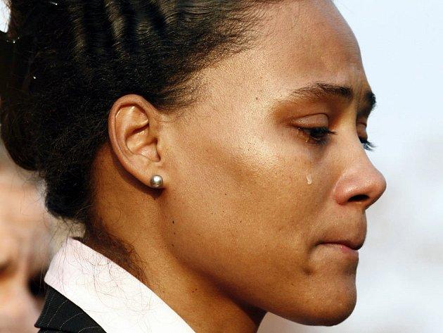 Před soudcem Karrasem ještě hovořila Jonesova pevným, silným hlasem.