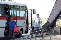 Uprostřed křižovatky leží autobusová zastávka u novoměstské nemocnice. Autobusy ji musí riskatně objíždět v protisměru.