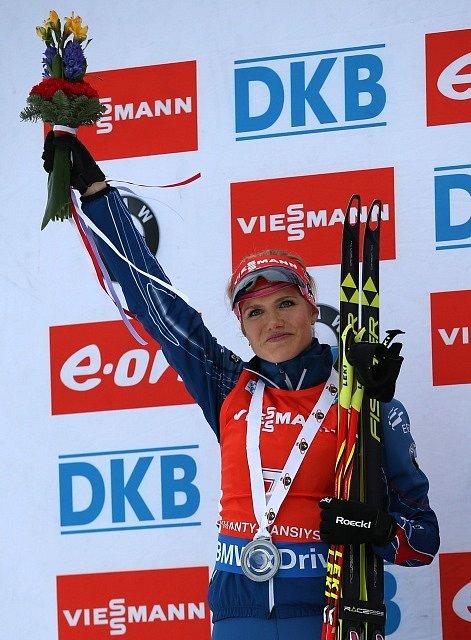 Biatlonistka Gabriela Soukalová se stříbrnou medailí ze závodu s hromadným startem v Chanty Mansijsku.
