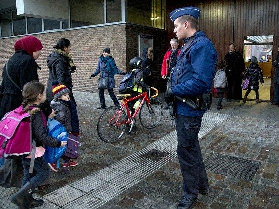 Hrozba útoku v Bruselu trvá. Ve středu se přesto otevřely školy a část systému metra.