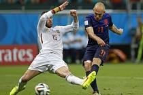 Sergio Ramos ze Španělska (vlevo) se snaží zblokovat střelu Arjena Robbena z Nizozemska.