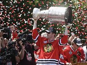 Bryan Bickell se Stanley Cupem během oslav v ulicích Chicaga.