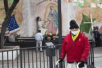 Čtyřiadevadesátiletý Tony Spinelli z Ohia prochází kolem oltáře Panny Marie Guadalupské, který je před areálem Chrámu Panny Marie Andělské v Los Angeles (na snímku z 12. dubna 2020)