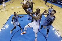 Kevin Durant z Oklahomy se prosazuje proti Memphisu.
