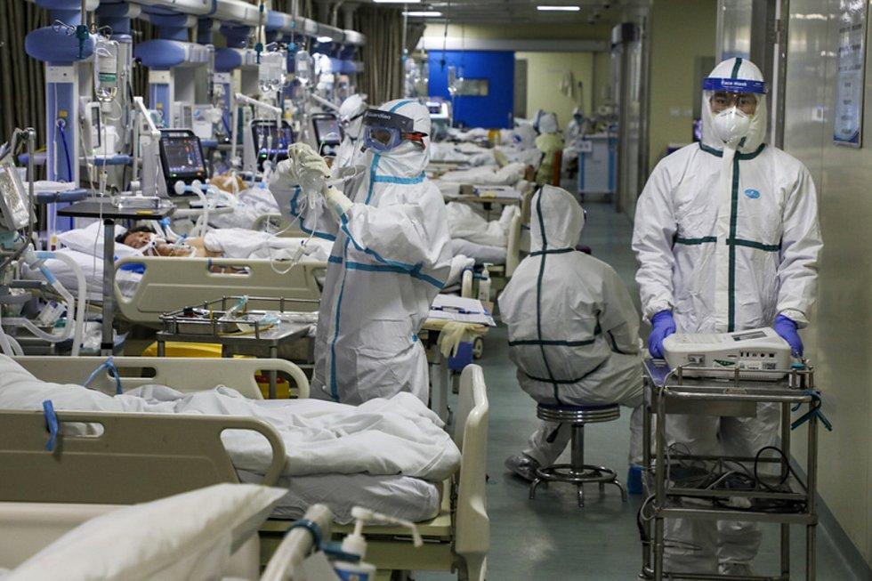 Zdravotníci ošetřují pacienty s koronavirem v nemocnici v čínském městě Wu-chan na snímmku z 6. února 2020