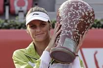 Karolína Plíšková s trofejí pro vítězku turnaje v Soulu.