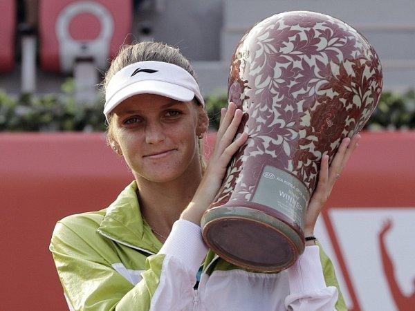 Karolína Plíšková strofejí pro vítězku turnaje vSoulu.
