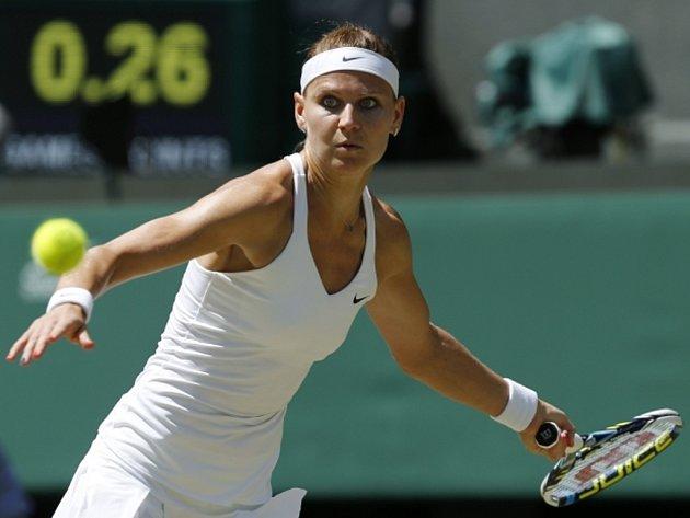 Lucie Šafářová returnuje proti Petře Kvitové v semifinále Wimbledonu.