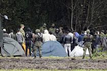 Migranti v oblíčení polských vojáků na polsko-běloruských hranicích ve městě Usnarz Gorny