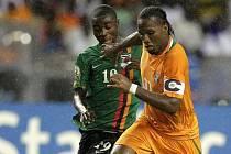 Nathan Sinkala ze Zambie (vlevo) a Didier Drogba z Pobřeží slonoviny.