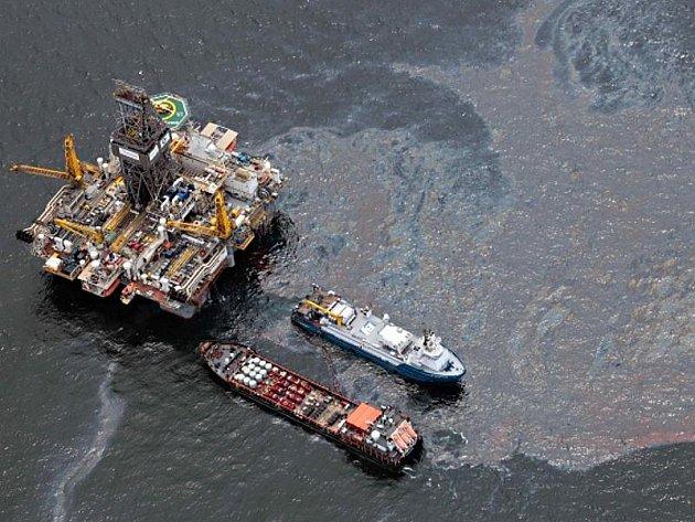 Týmy pracující na ucpání ropného vrtu pod havarovanou plošinou společnosti BP v Mexickém zálivu v neděli 25. července 2010 opět obnovily svou činnost. V pátek musely být z oblasti evakuovány kvůli tropické bouři Bonnie.