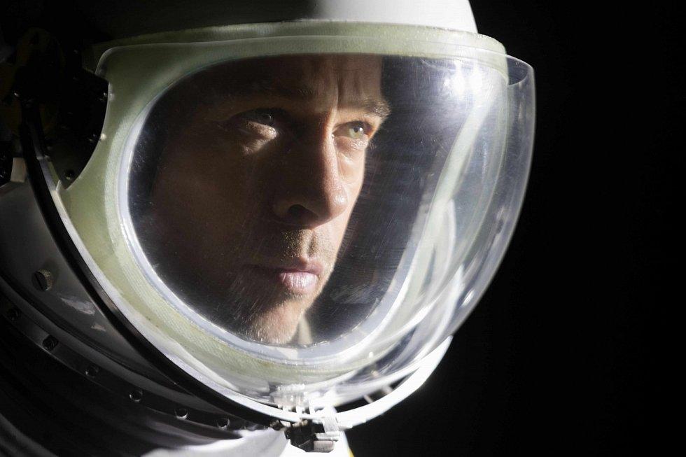 Cesta vesmírem i vlastním nitrem. To je film Ad astra, kde Brad Pitt hledá otce.