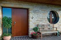 Kvalitní dveře by také měly ochránit dům před zvuky zvenčí a výkyvy počasí. A také vydržet dlouho beze změn.