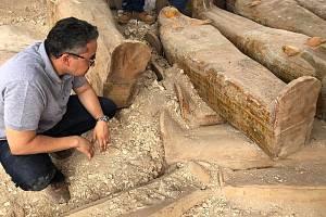 Egyptské úřady v Luxoru prezentovaly 30 malovaných dřevěných sarkofágů, jejichž stáří odhadují na 3000 let.