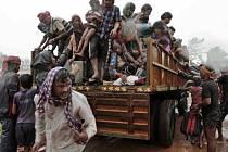 Rodiny evakuovaných jedné z indických vesnic.