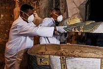Egyptští archeologové otevírají dosud nedotčený ženský sarkofág.