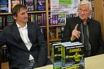 Bývalý trenér fotbalové reprezentace Karel Brückner (vpravo) na autogramiádě knihy brankáře Martina Vaniaka (vlevo) nazvanou Čaroděj.
