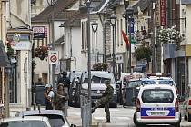 Jednoho z mužů, kteří dnes zaútočili na kostel v severní Francii, sledovala delší dobu policie.