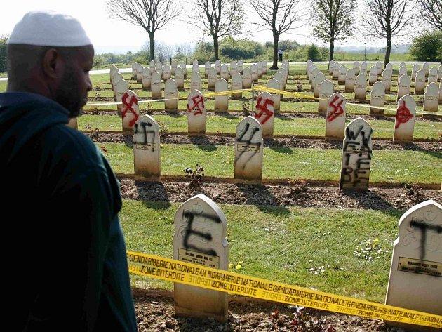 Na největším vojenském hřbitově v zemi u Arrasu se našly na 52 hrobech padlých francouzských muslimů nakreslené hákové kříže