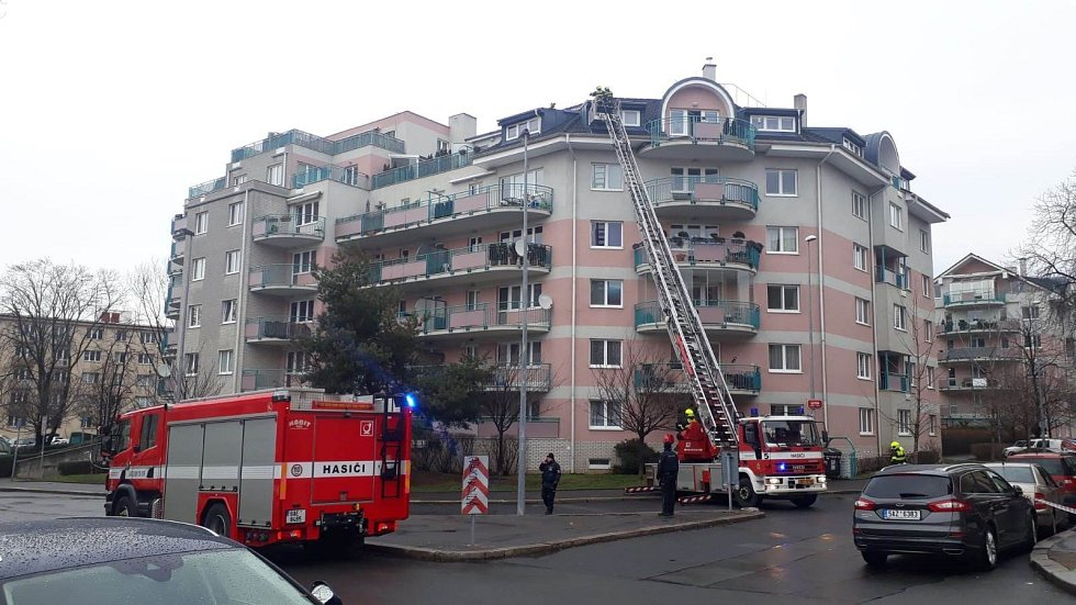 Pražští hasiči vyjížděli v úterý 28. ledna kvůli silnému větru k desítkám zásahů