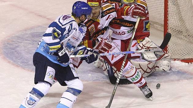 Gólman Slavie Miroslav Kopřiva (vpravo) kryje střelu v duelu s Kladnem.