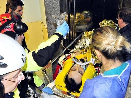 Pilot Robert Kubica při transportu do nemocnice.