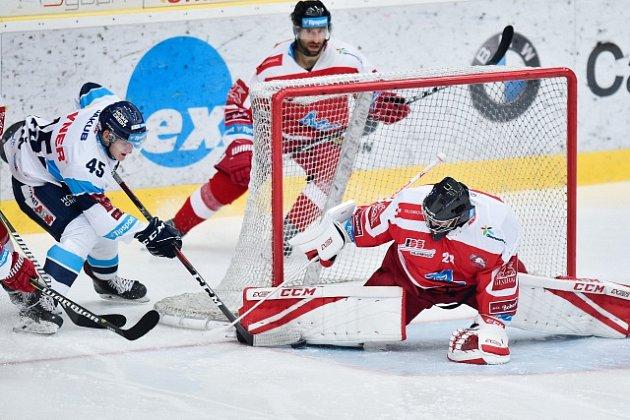 Bílí Tygři Liberec – HC Olomouc 4:3 po prodloužení. Na snímku Jan Ordoš z Liberce a brankář Olomouce Jan Lukáš.