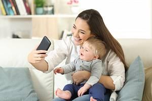 Nemalé množství rodičů si také libuje ve zveřejňování své dokonalé a krásné rodiny včetně majetkového blahobytu.